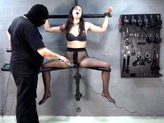 Sklavin mit Strom gefoltert